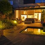 Tuin in avondlicht